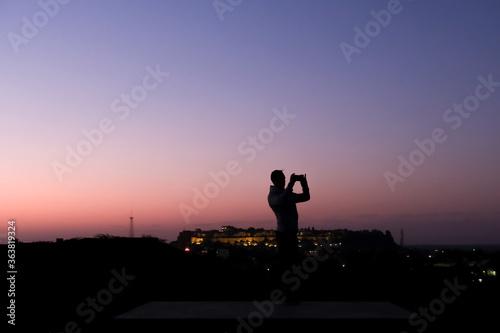 Photo Silhouette Man Taking Photos Of Jaisalmer During Sunrise With Smartphone