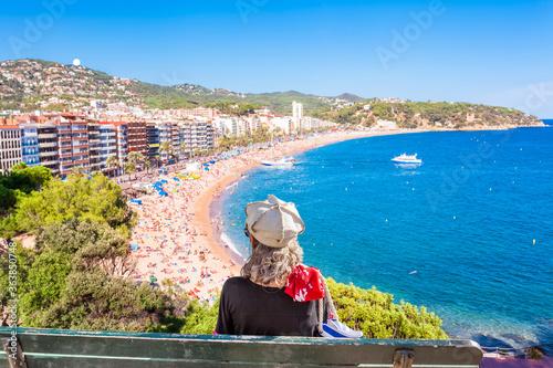 Femme sur plage de Lloret de Mar, Costa Brava, Espagne Canvas Print