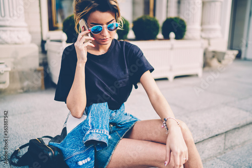 Foto Attractive young female teenager talking using smartphone app for international