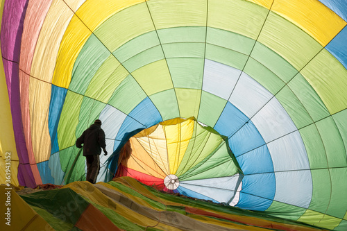 Canvastavla Man Standing In Colorful Hot Air Balloon