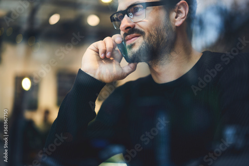 Fotografia Smiling handsome male chief editor in eyewear of popular men's magazine having p