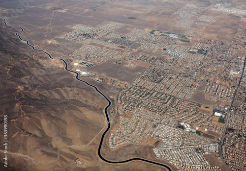Foto Aerial of the California aqueduct winding past Palmdale California