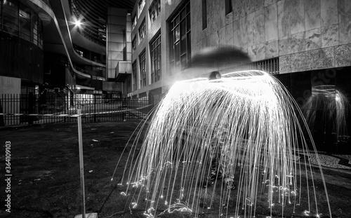 Valokuva Chuva de faíscas em um light painting feito com um guarda-chuva iluminado