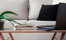 Vista Frontal De Un Cómodo Y Cálido Living De Departamento Donde Se Estableció Como Espacio De Trabajo Para Realizar Home Office
