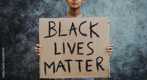 Fototapeta African american woman wearing medical mask obraz