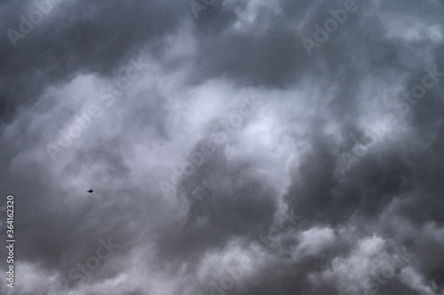 Photo Cielo plumbeo con nuvoloni prima del temporale