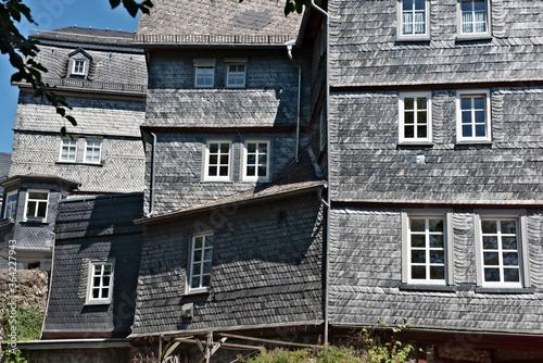 Photo Eine mit Schieferziegeln eingedeckte Fassade eines Wohnhauses in der Altstadt vo