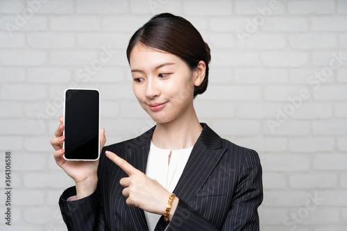 スマートフォンを操作するビジネスウーマン Fototapete