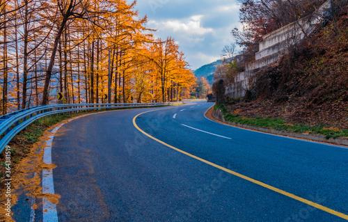 Canvastavla Three lane mountain road