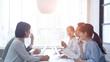ビジネスミーティング カジュアルなオフィスシーン スローモーション