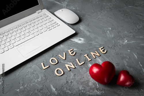 Photo online love valentines day chat - computer and two red hearts on table