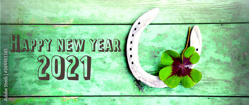 Fotografia Horseshoe with lucky clover - Happy New Year 2021 greeting card