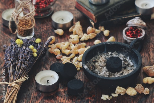 Foto Many little pieces of light yellow Yemen frankincense resin incense on dark wooden table