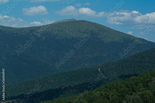 góry szczyty las niebo drzewa hiszpania
