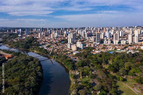 Foto harbor square and cable-stayed bridge seen from above, Piracicaba, Sao paulo, Br