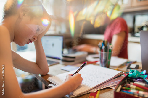 Valokuva Focused boy homeschooling