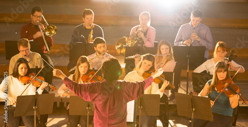 Fotografia Conductor leading orchestra