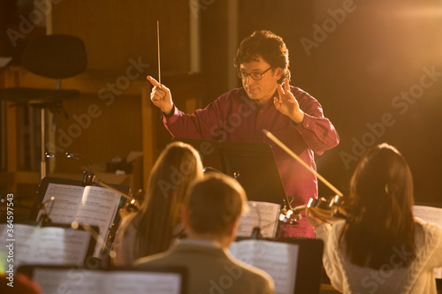 Conductor leading orchestra Fototapet