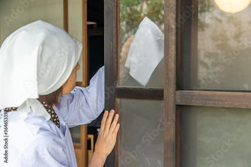 Fotografie, Tablou 日本の掃除 Japanese house polite cleaning scene