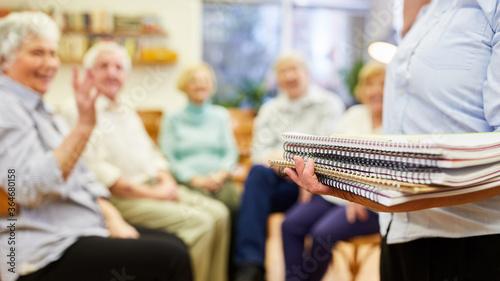 Photo Psychotherapeutin verteilt Zeichenblöcke oder Schreibblöcke in einer Gruppenther