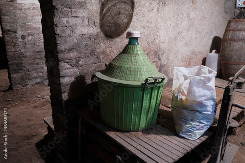 Fotografia old glass demijohns for wine with dust abandoned