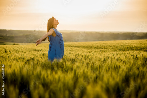 Obraz Young pregnant woman in the field - fototapety do salonu