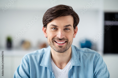 Fotografía Closeup photo of young cheerful friendly student guy internet online meeting vid