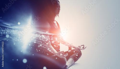 Foto マインドフルネス 精神統一 瞑想をする女性