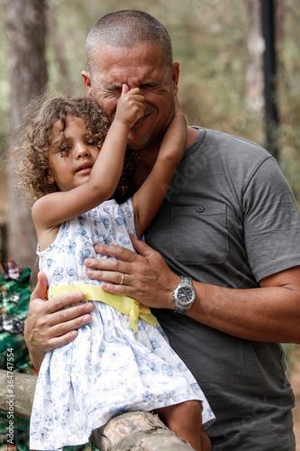 Bambina Mulatta gioca con il suo papà Europeo nel mezzo di un parco Canvas Print