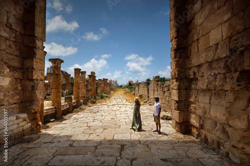 Fototapeta Happy Couple in the Ruins of Tyre obraz