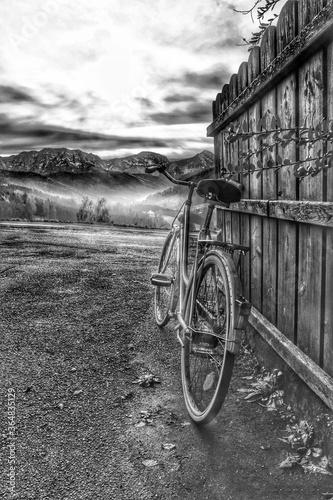 Altes Fahrrad vor malerischer Kulisse Fototapete