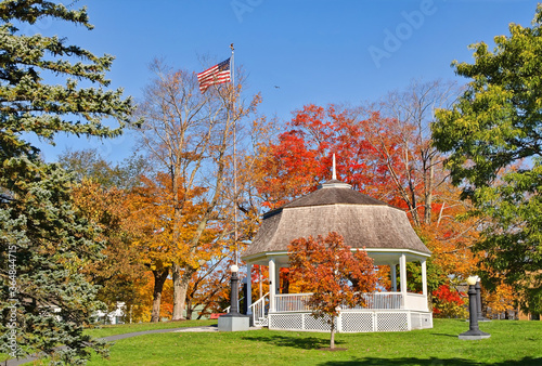 Obraz na plátně White gazebo surrounded by autumn colors in a city park in New England