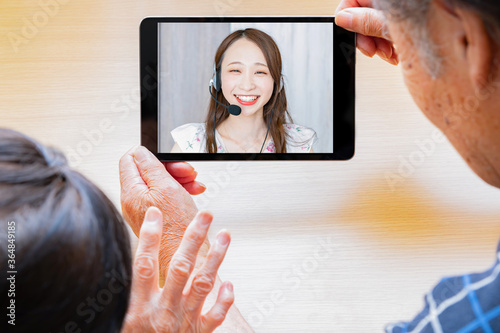 Obraz na plátně 孫とテレビ電話する老夫婦