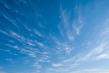 Ciel Bleu Avec Des Nuages éfilés Pendant L'été
