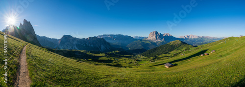 Fotografía Epic mountainlandscape in Puez Odle, Dolomiti / Dolomites Alps in Italy, Seceda area, with Sass Rigais in background, small traditional cottages in green meadow and hiking trail path