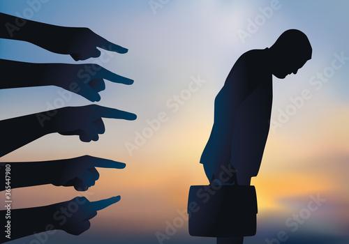 Concept du licenciement arbitraire et de la discrimination avec un homme pointée du doigt et accusé avant d'être renvoyé de son travail Wallpaper Mural