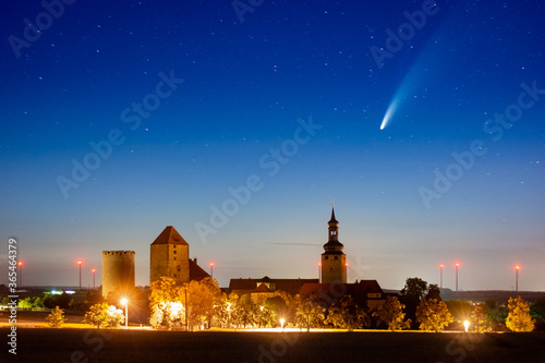 Платно Komet Neowise und Sterne über Burg Querfurt bei Nacht
