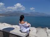 Kobieta w białej sukience na tle błękitnego krajobrazu, Gaeta, Italia.