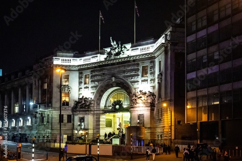 Valokuva Night view of the main entrance of Waterloo station in London, UK
