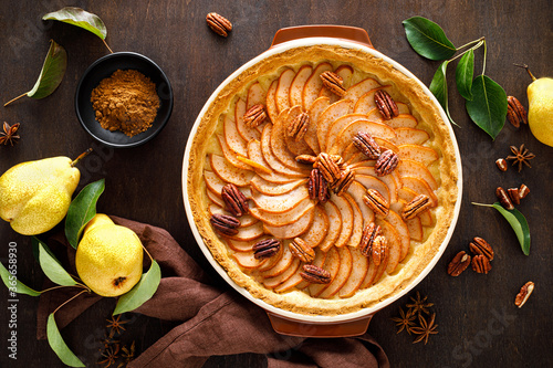 Photo Pear tart, pie or cake with fresh pears, cinnamon and pecan nuts