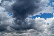 Dramatischer Himmel Mit Gewitt...