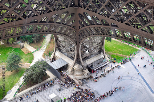 Una pata de la Torre Eiffel y colas para acceder al monumento Wallpaper Mural
