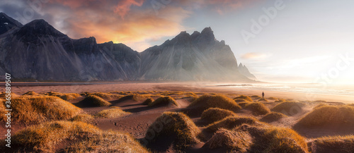 Foto Vestrahorn mountaine on Stokksnes cape in Iceland during sunset