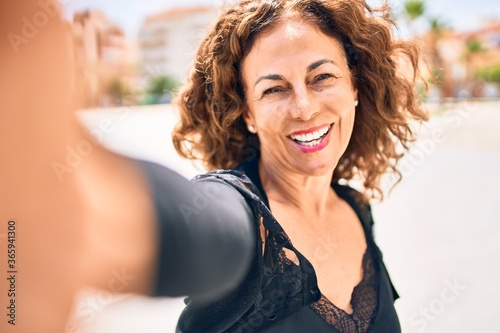 Cuadros en Lienzo Middle age beautiful brunette woman smiling happy and confident