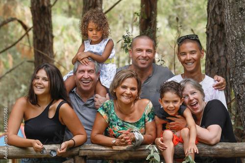 Bellissima famiglia Multientinica Italo - Brasiliana si raduna vicina in un  con Fototapeta