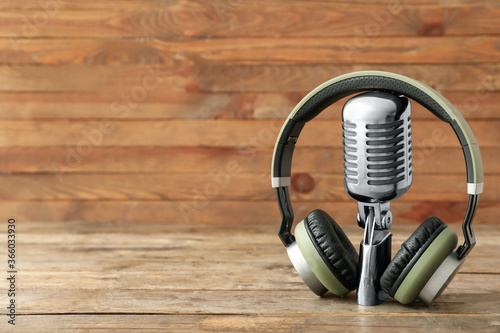 Headphones with microphone on wooden background Fototapet