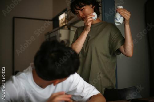 Valokuva 男性の酒を取り上げる女性