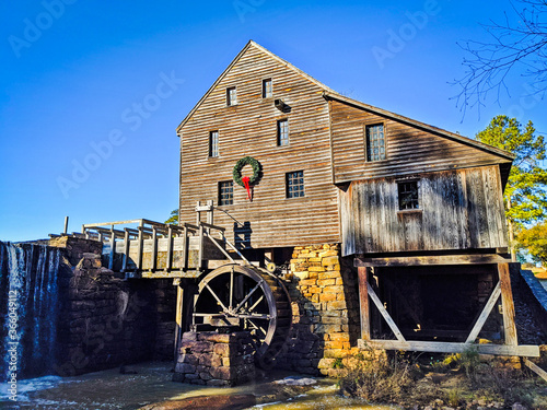 Valokuva A landscape of Yates Mill Pond Gristmill in Raleigh, North Carolina