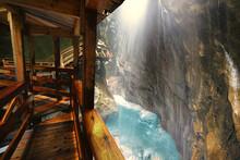 Klamm Mit Kleinen Wasserfall