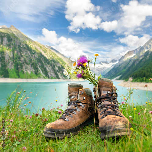 Wanderschuhe am See in den Alpen